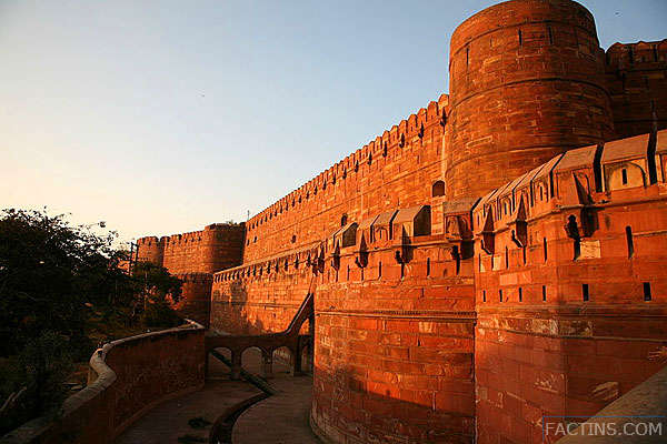 The Big wall of Agra Fort